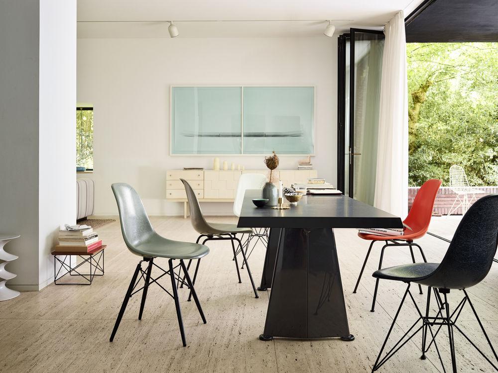 Vitra Eames Fiberglass Chairs, Vitra Stühle, Vitra Prouvé Trapèze Tisch, Vitra Esstisch, Eames Occasional Table LTR, Vitra Beistelltisch