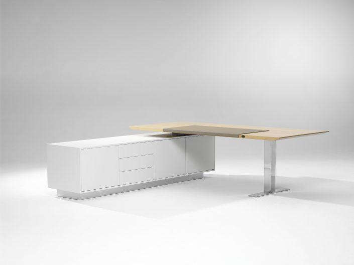 Spiegels Management Chefzimmer Con Air Bürokonzept repräsentativ Design Chefbüro edel Tisch Schreibtisch höhenverstellbar mit integriertem Sideboard